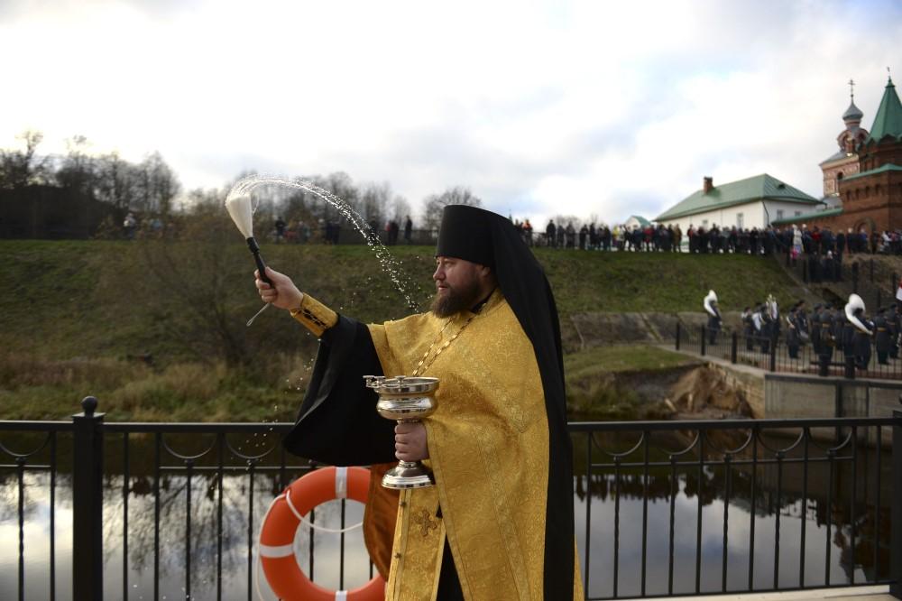 С богом! Новую пристань в Старой Ладоге освятили и назвали Никольской в честь стоящего рядом монастыря.