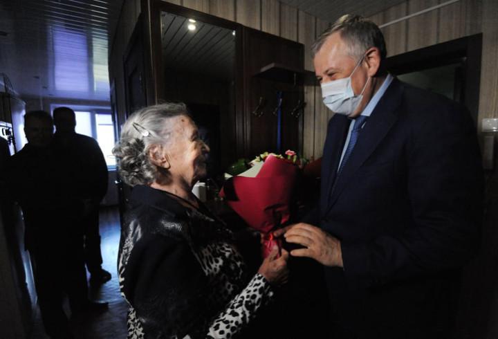 Губернатор Ленобласти поздравил труженицу села из Гатчинского района в День Победы и день ее 90-летия